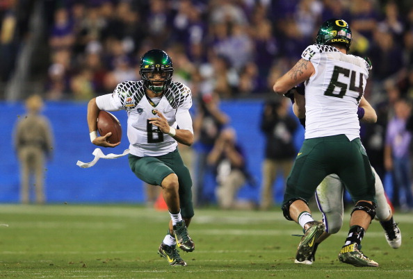 GLENDALE, AZ - JANUARY 03:  Marcus Mariota #8 of the Oregon Ducks carries the ball against the Kansas State Wildcats during the Tostitos Fiesta Bowl at University of Phoenix Stadium on January 3, 2013 in Glendale, Arizona.  (Photo by Doug Pensinger/Getty Images)