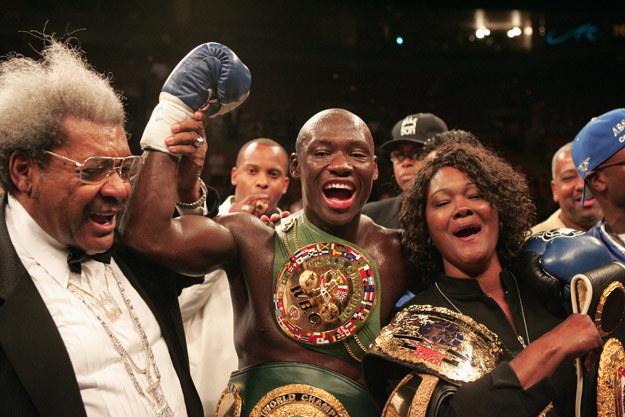 Antonio Tarver, his mother Gwendolyn Tarver and Don King celebrate the victory over Roy Jones Jr.
