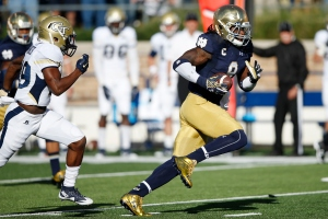 SOUTH BEND, IN - SEPTEMBER 19: Jaylon Smith #9 of the Notre Dame Fighting Irish returns a fumble against the Georgia Tech Yellow Jackets in the third quarter at Notre Dame Stadium on September 19, 2015 in South Bend, Indiana. Notre Dame defeated Georgia Tech 30-22. (Photo by Joe Robbins/Getty Images)