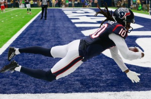 HOUSTON, TX - SEPTEMBER 18: DeAndre Hopkins #10 of the Houston Texans catches a 27 yard pass in the first quarter against the Kansas City Chiefs at NRG Stadium on September 18, 2016 in Houston, Texas. (Photo by Bob Levey/Getty Images)