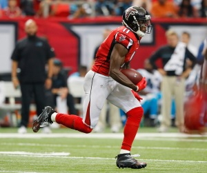 ATLANTA, GA - OCTOBER 02: Julio Jones #11 of the Atlanta Falcons pulls in this reception against the Carolina Panthers at Georgia Dome on October 2, 2016 in Atlanta, Georgia. (Photo by Kevin C. Cox/Getty Images)