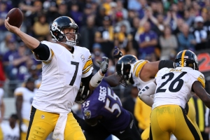 BALTIMORE, MD - NOVEMBER 6: Quarterback Ben Roethlisberger #7 of the Pittsburgh Steelers passes the ball against the Baltimore Ravens in the fourth quarter at M&T Bank Stadium on November 6, 2016 in Baltimore, Maryland. (Photo by Patrick Smith/Getty Images)
